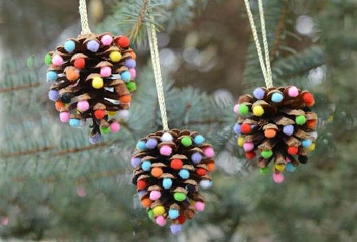 елочка из шишки с цветными шариками