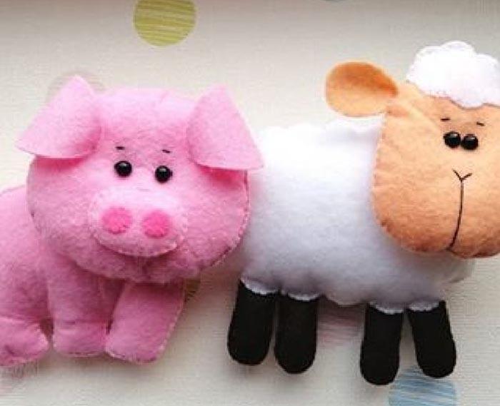 игрушки свинка и овечка