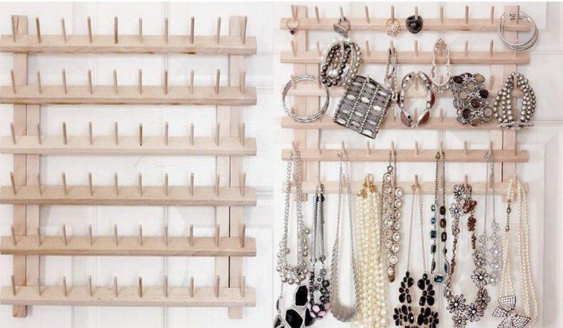 Настенный ящик для хранения бижутерии Такой настенный органайзер имеет массу возможностей для хранения на нем различных украшений. 23