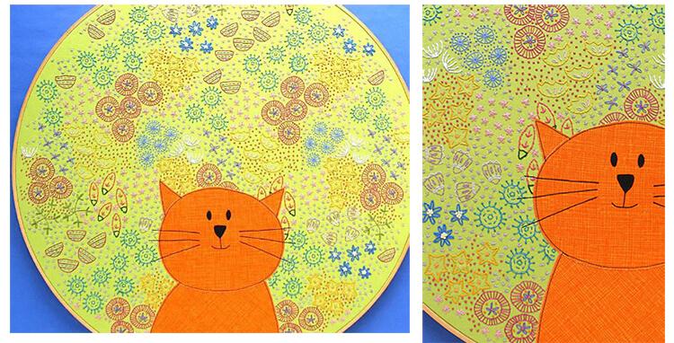кошка на фоне цветов
