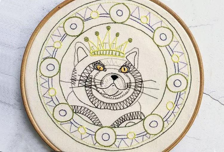 кошка с короной